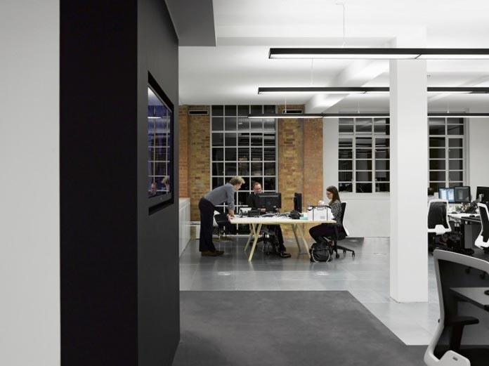 伟达公关顾问公司(Hill + Knowlton Strategies)是一家拥有80多年历史的资深公关公司,但他们伦敦的办公室装修却极其现代化。一起来看一看,老牌公司的现代化办公室如何让办公空间焕发容光。 伟达公司伦敦现代办公室休息区的配色活跃,设计简约。     国外公司办公室装修效果图   伟达公司伦敦现代办公室公共走道简约低调,有些跨国公司的公共区域显得非常活泼热烈,这是一处在办公室装修层面相当明显的对比。   国外公司办公室装修效果图   伟达公司伦敦现代办公室保持低调本色。      国外